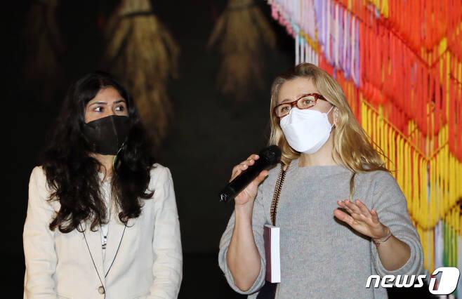 제13회를 맞은 2021 광주비엔날레가 개막을 한달여 앞두고 24일 광주 북구 용봉동 광주비엔날레 전시관에서 공동예술감독과의 현장 간담회를 진행하고 있다. 공동예술감독 나타샤 진발라(왼쪽)와 데프네 아야스(오른쪽) 공동예술감독이 작품 해설을 하고 있다. 2021.2.24/뉴스1 © News1 이수민 기자