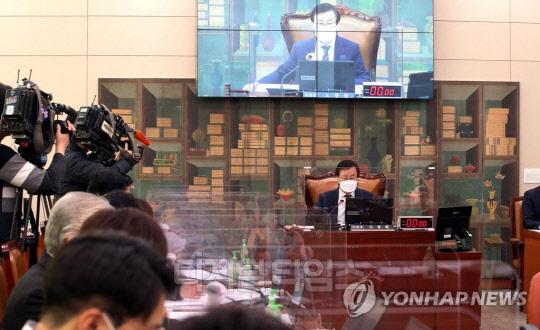 24일 국회에서 도종환 위원장 주재로 문화체육관광위원회 전체회의가 열리고 있다.