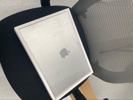 맥북프로를 구입했지만 제품 대신 '철판' 등 다른 내용물이 바꿔치기 된 상태에서 재판매가 이뤄진 사례가 최근 확인돼 논란이 일고 있다. 사진은 애플 관련 커뮤니티에 피해자가 올린 사진. [온라인 커뮤니티 캡처]