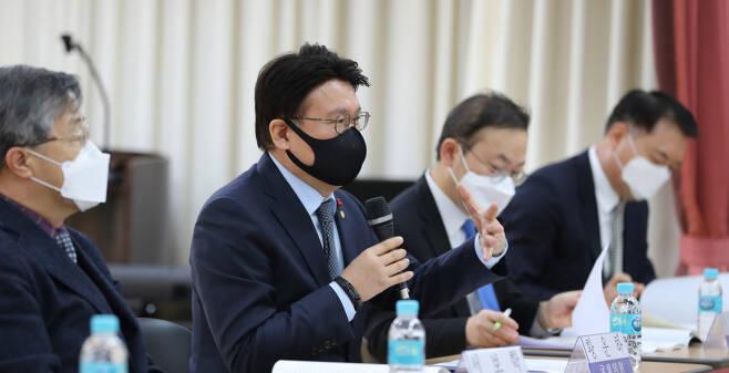 황운하 더불어민주당 의원이 2월23일 서울 여의도 이룸센터에서 열린 '수사-기소 완전 분리를 위한 중대범죄수사청 설치 입법 공청회'에서 발언하고 있다. ⓒ 연합뉴스