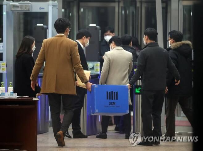 '김학의 출금 사건' 법무부에서 압수품 박스 들고 나오는 검찰 [연합뉴스 자료사진]