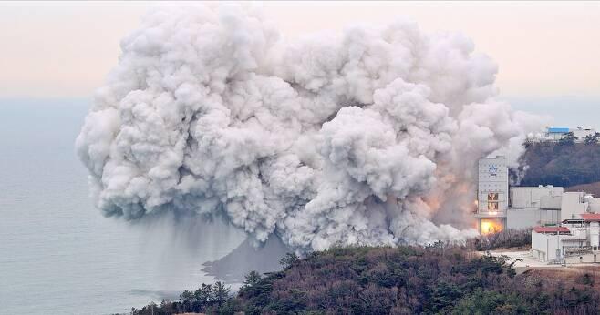 전남 고흥 나로우주센터에서 25일 오후 한국형발사체 '누리호' 1단 추진기관의 연소시험이 진행되고 있다. 한국항공우주연구원 제공