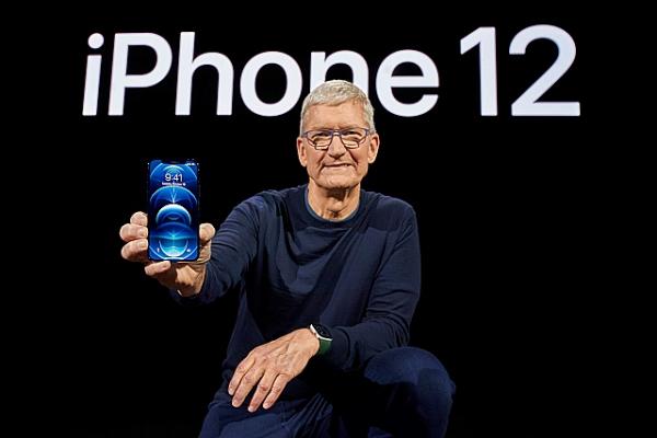 아이폰12를 공개하고 있는 팀 쿡 애플 CEO [애플 제공]