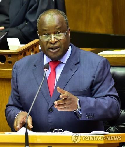 티토 음보웨니 남아공 재무장관이 24일 의회에서 연례예산 연설을 하고 있다. [엘몬드 지야네 제공, EPA=연합뉴스, 재판매 및 DB 금지]