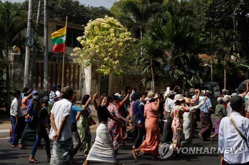 양곤 시내를 행진하는 친군부 시위대. 2021.2.25 [AFP=연합뉴스]