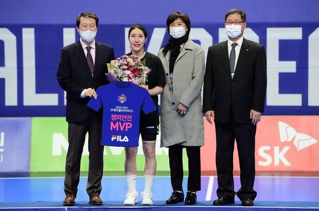 MVP 이미경(왼쪽에서 두 번째) [대한핸드볼협회 제공. 재판매 및 DB 금지]