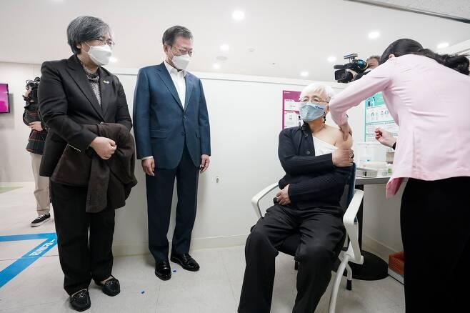 문재인 대통령과 정은경 질병관리청장이 26일 코로나19 백신 접종 참관을 위해 서울 마포구보건소를 방문해 백신 접종을 받는 김윤태 푸르메 넥슨어린이 재활병원 의사를 지켜보고 있다. /뉴시스