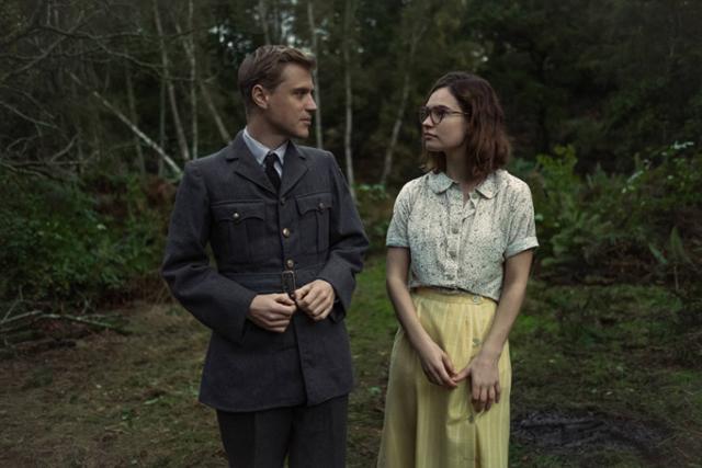 공군 입대를 앞둔 이디스의 조카 로리(왼쪽)와 고고학자 페기는 발굴 현장에서 순간의 소중함을 깨닫는다. 넷플릭스 제공