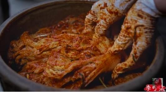 1400만명의 구독자를 보유한 중국 유튜버 리즈치는 지난 1월 9일 자신의 유튜브 채널에 김장을 담그는 영상을 올리며 'Chinese Cuisine'(중국 전통 요리), 'Chinese Food'(중국 음식) 등의 해시태그를 달았다./사진=리즈치 유튜브 캡처