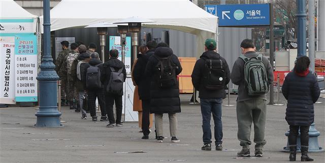 - 24일 오전 서울 중구 서울역 광장에 마련된 임시선별검사소에서 시민들이 코로나19 진단 검사를 받기 위해 길게 줄을 서 차례를 기다리고 있다. 2021.2.24 뉴스1