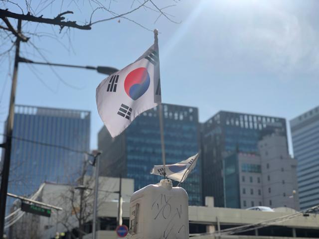 26일 오후 서울 종로구 한 가게 위에 오래돼 해진 태극기가 걸려 있다. 이승엽 기자