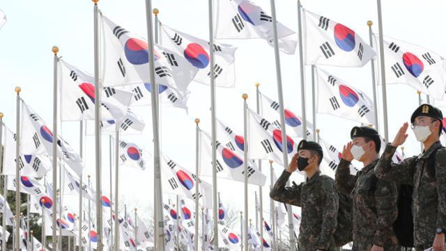 3·1절을 앞두고 26일 오후 충남 천안 독립기념관을 찾은 군장병들이 태극기광장에서 거수경례를 하고 있다. 뉴스1