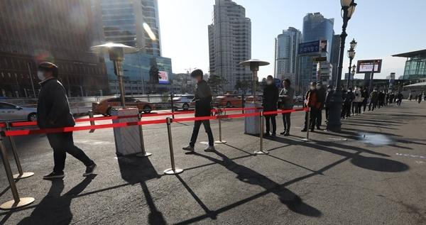 국내 코로나19 신규 확진자 수가 28일 0시 기준 356명으로 집계됐다. 사진은 시민들이 서울 중구 서울역 앞에 마련된 임시선별검사소에서 코로나19 검체 검사를 받기 위해 줄은 선 모습. /사진=뉴스1