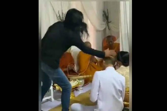 태국 차이낫주 무양에서 열린 결혼식장에서 신랑 사룬유가 장모에게 맞고 있다. (사진=니파판 SNS 캡처)
