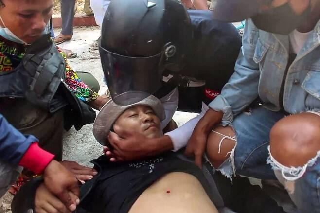 28일 미얀마 양곤에서 한 시민이 쿠데타 반대 시위 도중 경찰의 총격을 받고 쓰러졌다. 양곤/AFP 연합뉴스