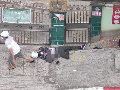 양곤 시위 도중 군경의 총격에 맞은 이가 바닥에 쓰러져있는 모습.2021.2.28  [트위터 캡처. 재판매 및 DB 금지]