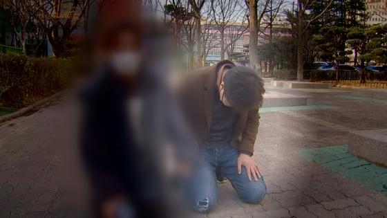 정인이 양아버지 안모 씨가 오늘(3일) 서울남부지방법원에서 재판을 마친 뒤 취재진 앞에서 ″죄송하다″며 무릎을 꿇었다.