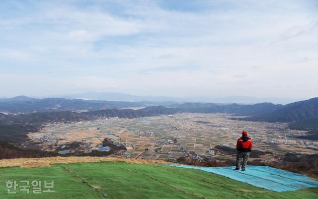 초계분지 서편 대암산 정상은 패러글라이딩 활공장으로 이용되고 있다. 발 아래로 드넓은 벌판이 펼쳐진다.