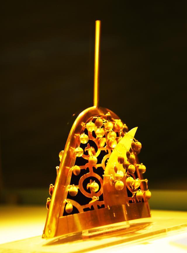 합천박물관에 전시된 관모. 정수리에 금동봉이 있는 특이한 모양이다.