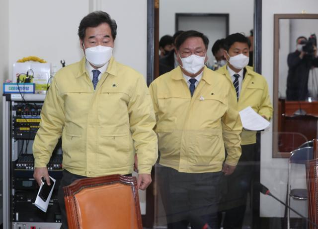 이낙연(왼쪽) 더불어민주당 대표가 3일 국회에서 열린 최고위원회의에 참석하고 있다. 뉴스1