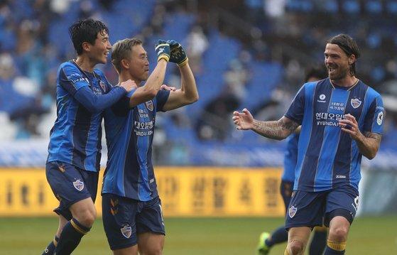울산 윤빛가람(중앙)이 지난 1일 강원 FC전 전반 프리킥 골을 넣고 팀 동료들과 환호하고 있다. 연합뉴스 제공