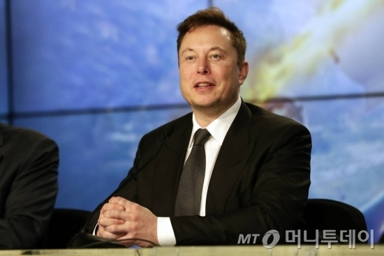 Elon Musk founder, CEO, and chief engineer/designer of SpaceX speaks during a news conference after a Falcon 9 SpaceX rocket test flight to demonstrate the capsule's emergency escape system at the Kennedy Space Center in Cape Canaveral, Fla., Sunday, Jan. 19, 2020. (AP Photo/John Raoux) / 사진제공=AP 뉴시스