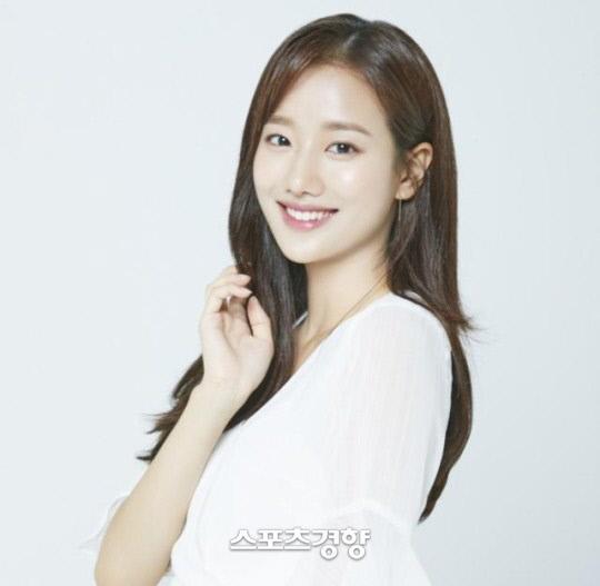 그룹 에이프릴 멤버 이나은의 동서식품 광고가 중단됐다. DSP미디어 제공