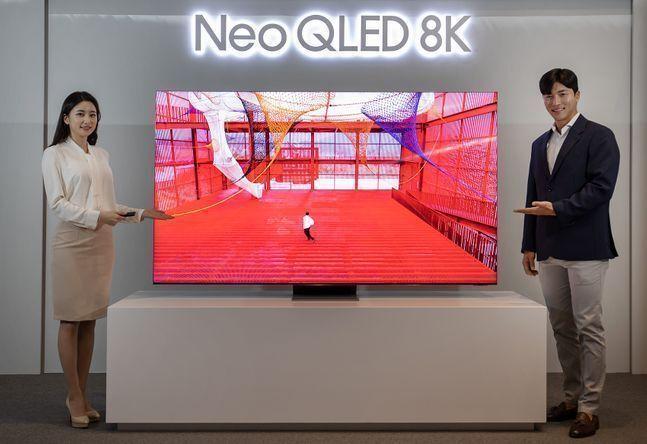 삼성전자 모델이 3일 서울 서초동 삼성 딜라이트에서 미니 발광다이오드(LED)가 적용된 네오(Neo) QLED TV를 소개하고 있다.ⓒ삼성전자