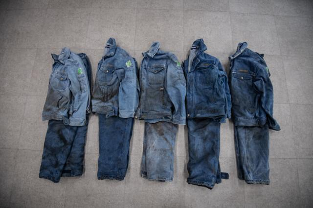 경남 김해 골든루트 산업단지 내에 위치한 작업복 전문 세탁소 '가야클리닝'에 들어온 공장노동자들의 작업복들. 기름때, 쇳가루, 분진 등이 작업복에 진하게 묻어있다. 작업복 전문 세탁소가 생기기 전까지, 대부분의 노동자는 작업복을 자신의 집으로 가져가 가정용 세탁기로 세탁해왔다.