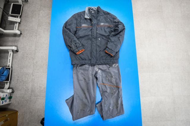 김해 노동자 작업복 세탁소 '가야클리닝'에 맡겨진 한 작업복. 상하의 군데군데 얼룩이 묻어있고, 상의 소매는 찢겨 있다. 공장 노동자들의 작업복엔 대개 성한 구석이 없다. 바지 밑단이나 소매 부분이 전부 뜯어져 있거나, 무릎이 닿는 부분이 헤져 있다. 페인트나 시너 등을 사용하는 도장공 노동자들의 경우 아무리 두꺼운 옷감이라 해도 작업복 표면이 금방 삭아버린다.
