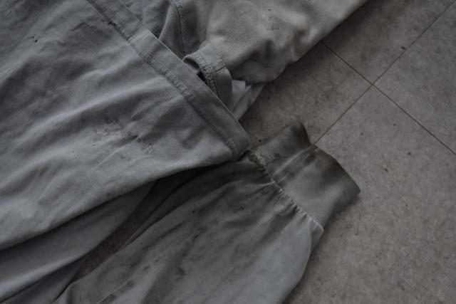 하얀 소매 끝자락에 시꺼먼 기름때가 덕지덕지 묻어있다.
