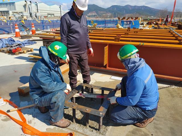 여수 국가 산업단지 내 비계작업을 하고 있는 건설노동자들의 모습. 김대훈 전 전국플랜트노조 여수지부 지부장 제공