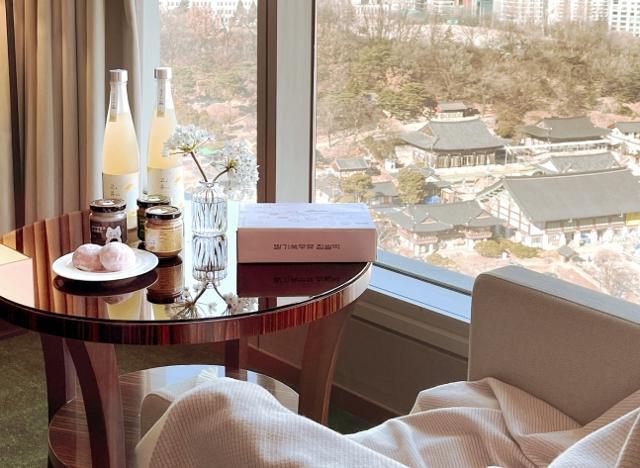 인터컨티넨탈 서울 코엑스는 MZ세대 인기 전문몰 쿠캣마켓의 전통주와 디저트 박스를 투숙객에게 제공하고 있다. 인터컨티넨탈 제공