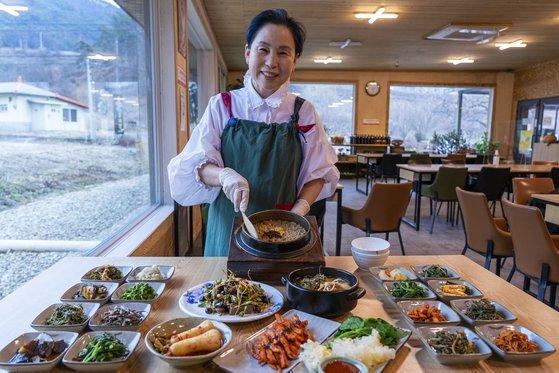 '열두달밥상' 김영미 사장은 갖은 약재를 달인 물로 밥을 짓는다. 약초밥상에는 다래순‧당귀‧방풍‧도토리묵 등 22가지 찬이 올라간다.