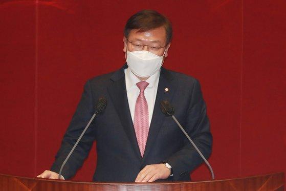 현장풀) 정점식 국민의힘 의원이 1일 오후 서울 여의도 국회에서 열린 본회의에서 법률안 제안 설명을 하고 있다. 오종택 기자