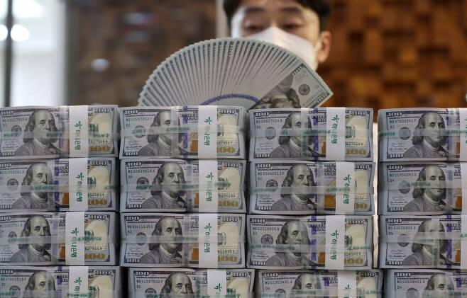 서울 명동 하나은행 본점에서 직원이 미국 달러를 살펴보는 모습. [연합]