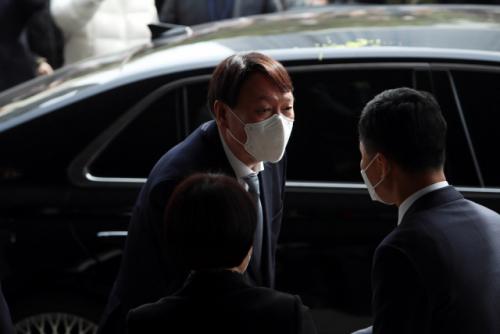 지난 3일 대구고검과 지검을 방문한 윤석열 검찰총장이 직원들과 인사를 나누고 있다. /연합뉴스