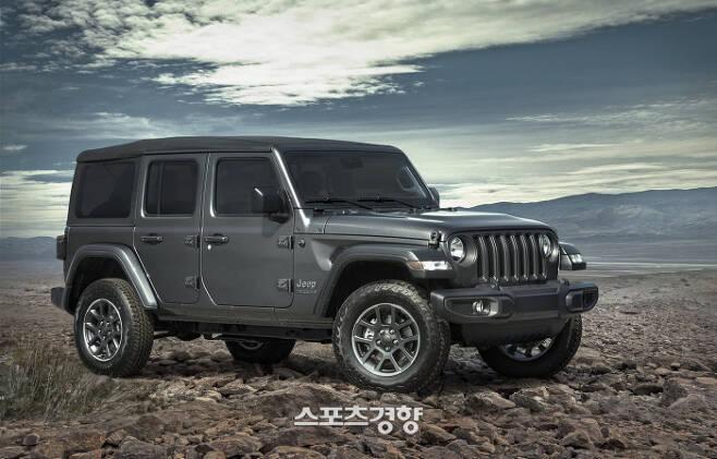 올해 80주년 기념을 맞은 지프 코리아가 '2021 지프 랭글러 80주년 에디션'을 비롯해 희소가치가 남다른 지프 SUV들을 선보였다. 사진 | 2021 Jeep Wrangler 80th Anniversary Edition.