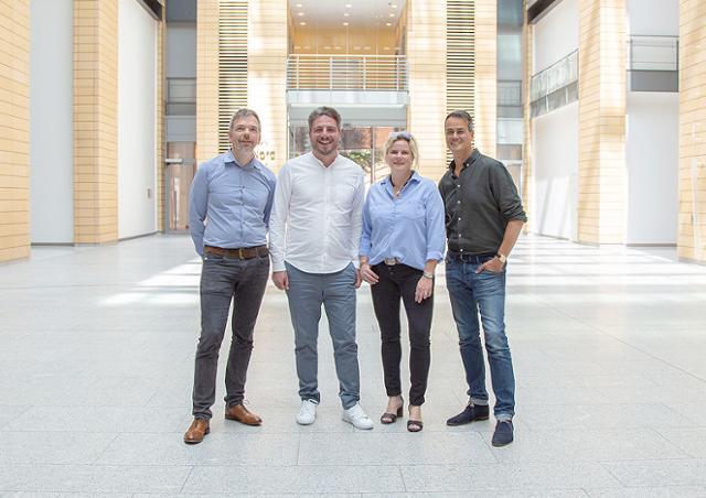 독일의 정보기술(IT)업체 '아윈(Awin)의 최고경영자(CEO) 아담 로스(왼쪽에서 두 번째)가 회사 임원진과 나란히 서 있다. 아윈은 올해부터 주 4일 근무제를 시작했다. 아윈 홈페이지 캡처