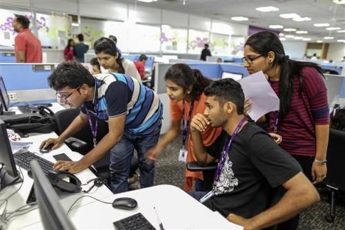 인도의 한 정보기술(IT) 기업에서 직원들이 일하는 모습. AP 연합뉴스