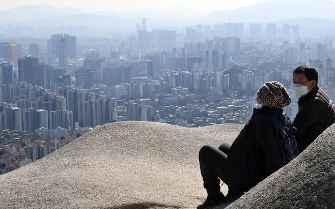 한 달에 한 번꼴로 한양도성 인왕산 구간을 찾는다는 유경창·정부성 부부가 잠시 쉬며 서울을 내려다보고 있다. 산에 오르길 좋아하는데 자주 오진 못한다고 한다.