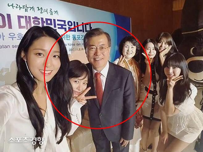 AOA 출신 권민아(왼쪽에서 두 번째)가 라이브 방송에서 충격 고백을 이어가며 문재인 대통령을 언급했다. 인스타그램 캡처
