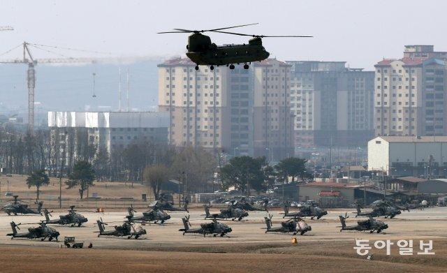 전반기 한·미 연합지휘소훈련이 열린 8일 오후 경기 평택시 미군기지인 캠프 험프리스에서 헬기가 착륙하고 있다. 평택=양회성 기자 yohan@donga.com