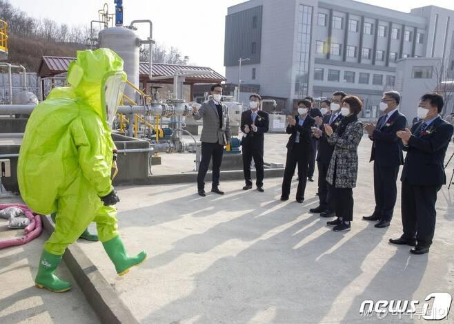 (서울=뉴스1) 김진환 기자 = 한정애 환경부장관이 22일 오후 충북 청주시 오송읍으로 이전한 화학물질안전원 신청사 화학사고대응 훈련장을 찾아, 훈련교육 시연을 참관하고 있다. (환경부 제공) 2021.2.22/뉴스1