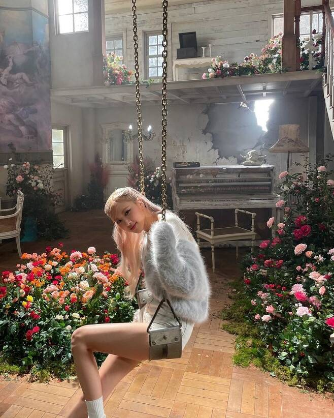 BLACKPINK Ji Soo is in the role of supporting Rosé, who made his solo debut, and the affection among the members stands out.On March 12, Ji Soo wrote on his instagram, Our Rosés first solo #OnTheGround Finally! Its open. Listen a lot and love me.I released several photos, he said.The photo shows a colorful set and a rosé combined with it, followed by a mirror shot taken by Ji Soo on the music video set.It is believed to have visited the scene of the Rosé cheering car.On the other hand, Rosé released his single album R today (12th), and will show his title song On The Ground and the song Gone on SBS popular song on Sunday 14th.Ji Soo is set to perform in the drama Snowdrop: Snowdrop (Gase) starring.