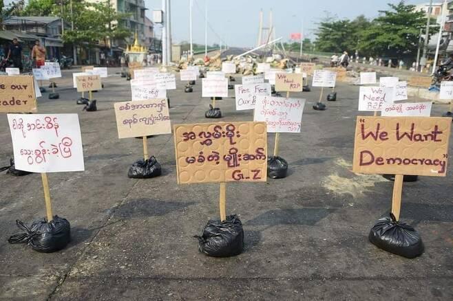 """""""우리는 민주주의를 원한다"""" 무인 시위 팻말 [트위터 @IrrawaddyNews·재판매 및 DB 금지]"""