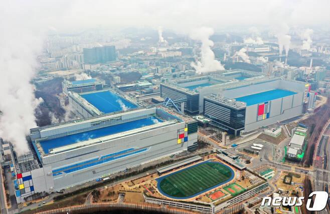 반도체 생산라인이 있는 경기도 화성의 삼성전자 화성캠퍼스 모습.(사진은 기사 내용과 무관함)/뉴스1 © News1