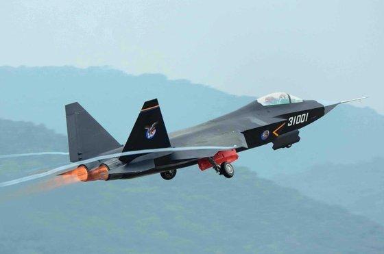 중국 해군 J-31 전투기가 이륙하고 있다. 미국 F-35 계열과 비슷하며 중국 항모에 탑재할 목적으로 개발됐다. [중앙포토]