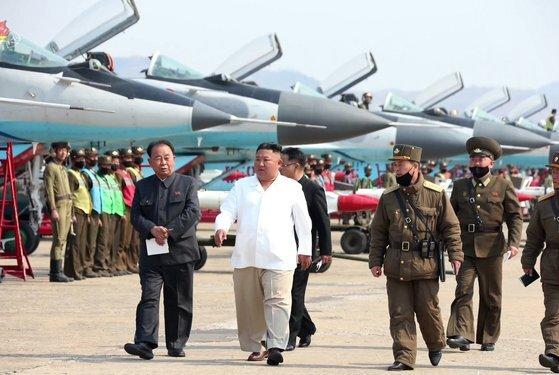 지난대 4월 김정은 북한 국무위원장이 서부지구 항공 및 반항공사단 관하 추격습격기연대를 시찰하고 있다. 북한 공군 보유한 전투기는 2~3세대가 대부분이며 4세대 전투기는 20여대 정도에 불과하다. [사진 연합뉴스]