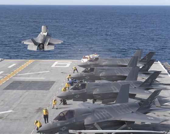 미 해군 아메리카함은 강습상륙함이지만 수직이착륙이 가능한 스텔스 전투기 F-35B를 운용해 사실상 소형 항모라 불린다. 한국도 미래 안보 환경에 대비해 2030년대 초반 경항모와 여기에 탑재할 수직이착륙기를 확보한다. [사진 록히드 마틴]